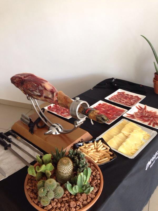 Inauguración de un concesionario con cortador de jamón